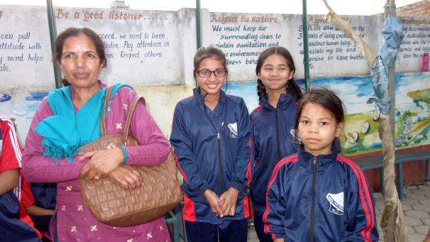 Tara en visite au pensionnat AJS, avec Asmita, Samjhana et Sarita