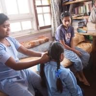 Sabita, coiffant les petites pour aller à l'école, by Elias SFAXI (Copyright)