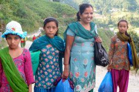 Tara et des enfants de Dhading