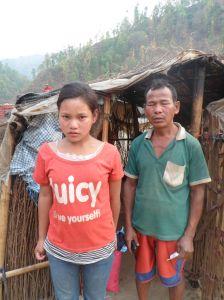 Phool Maya et son père devant leur logement