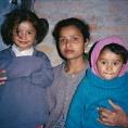 Pratikshya et Satikhya en 1999 avec leur mère