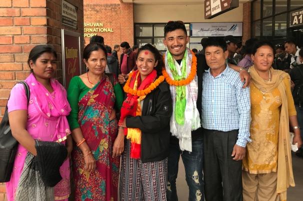 Sarita 2018, à l'aéroport avec Tara, son mari et ses beaux-parents