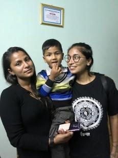 Laxmi à droite avec sa soeur Sanguita et Prince