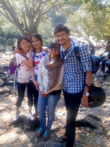 Pasang (à gauche) et Samjhana avec des amis en 2016 à Bangalore