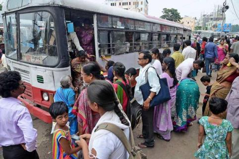 hy21crowded_bus__2117631g