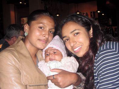 Sarita à droite avec Sanguita et son bébé (2014)