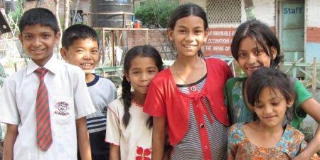 Suman (à gauche) en 2012 avec les enfants de l'école HCA